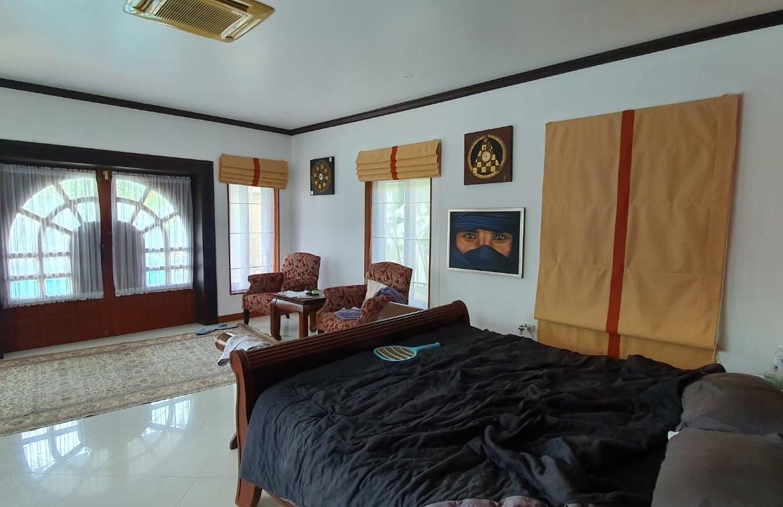 temple lake villas pattaya for sale big swimming pool
